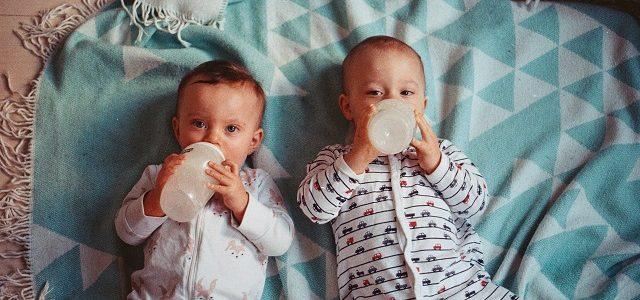 Dzieci pijące mleko z butelki
