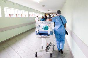 Niemowlę z inkubatorze prowadzone korytarzem szpitala