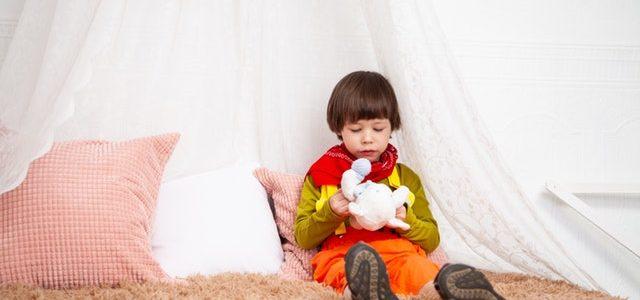 Dziecko siedzące na łóżku