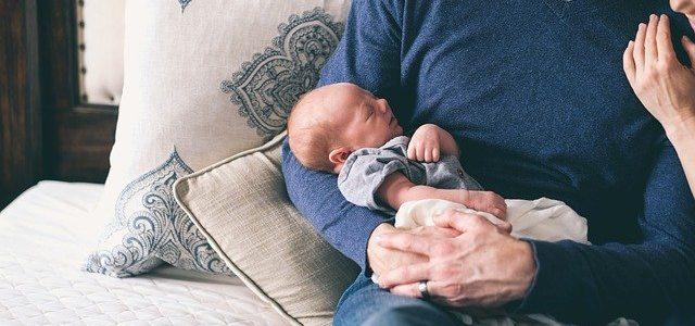 Małe dziecko na rękach u taty