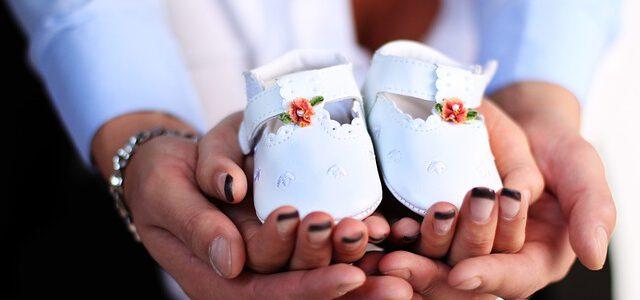 Białe buciki dziecka