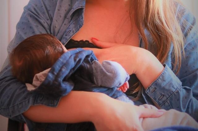 Kobieta karmiąca dziecko