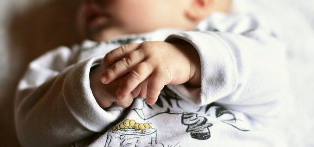 dłonie niemowlęcia